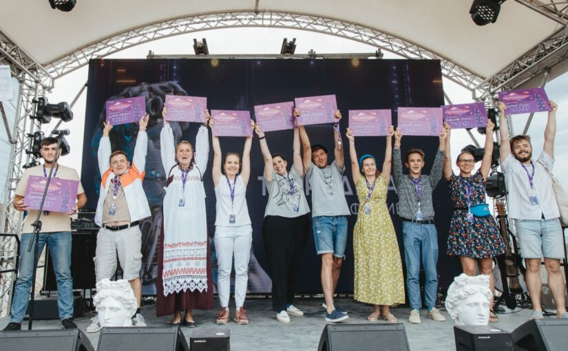 Изображены победителя конкурса Таврида Арт с сертификатами в руках